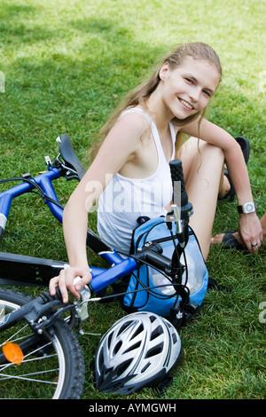 zwei junge schöne Frau besuchen Paris im Sommer mit dem Fahrrad - Stockfoto