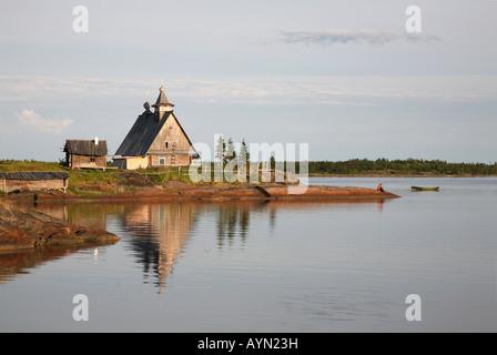 Die Holzkirche an der Küste des weißen Meeres in der Nähe von Kem in Karelien, Russland - Stockfoto