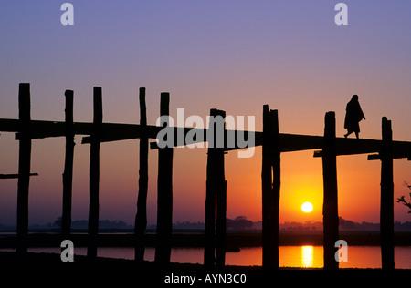 U Bein Brücke Myanmar Burma. Mönch U Bein Brücke auf Taungthaman See in der Nähe von Mandalay Amarapura bei Sonnenuntergang. - Stockfoto