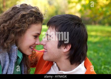 Teenager-Paar ist über das küssen einander, Nahaufnahme, niedrigen Winkel Ansicht - Stockfoto