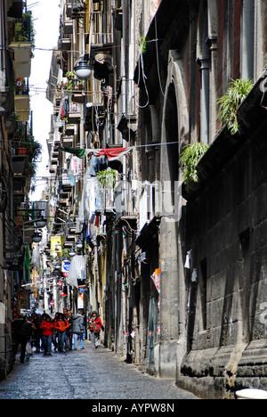 Gasse in der Altstadt von Neapel, Italien - Stockfoto