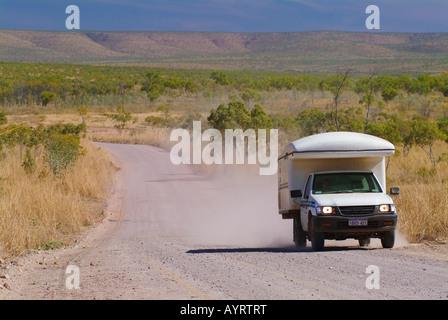 Off-Road-RV fahren über eine Schotterstraße im australischen Outback, Gibb River Road, Kimberley, Western Australia, - Stockfoto