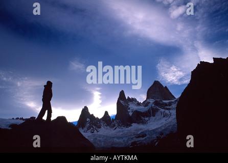 Trekker Silhouette unter Monte Fitz Roy, Parque Nacional Los Glaciares, Patagonien, Argentinien - Stockfoto