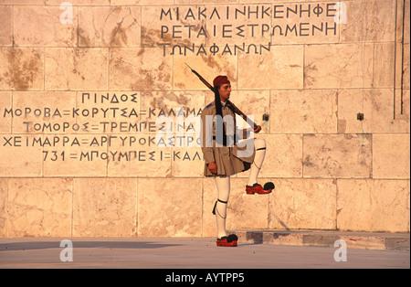 Athen ein Evzones Wache am Grab des unbekannten Soldaten vor dem Präsidentenpalast - Stockfoto