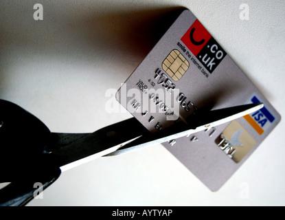 Kreditkarte zerschneiden - Stockfoto