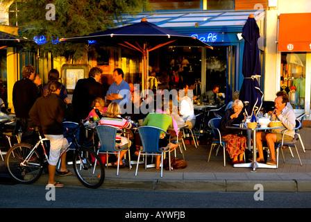 Am frühen Abend essen al Fresco in Soulac Sur Mer, Médoc, Frankreich - Stockfoto