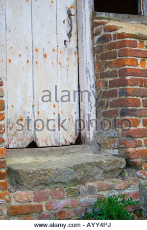 Zeigt am Ende eine alte weiße Tür und Stein Schritt - Stockfoto