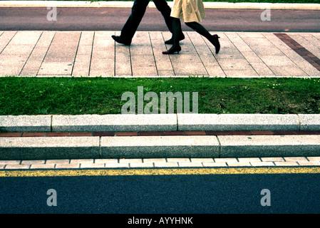 Fußgänger-Füße auf Bürgersteig - Stockfoto