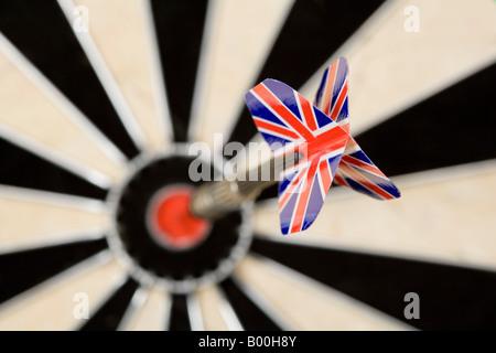 Dart Pfeil mit Britsh Staatswappen im Ziel von einer Dartscheibe kleben - Stockfoto