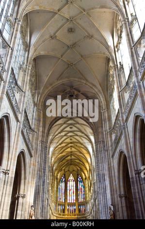 Innenansicht der St Vitus Cathedral zeigt die Latice Decke und wichtigsten Glasfenster auf dem Osten Kirchenschiff. - Stockfoto