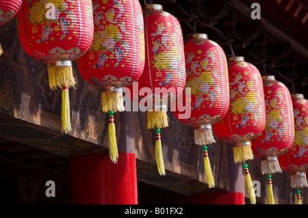 Chinesische Lampions hängen außen Pavillon in der chinesischen und japanischen Gärten in Singapur - Stockfoto