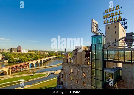 Blick auf die Gold-Medaille Getreidemühle und Stone Arch Bridge von Guthrie Theater in MInneapolis - Stockfoto