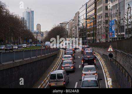 Am Abend Hauptverkehrszeit Staus auf der Avenue Des Arts in Brüssel, Belgien - Stockfoto