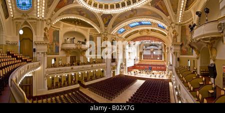 Ein 3 Bild Panorama Stitch im Smetana-Konzertsaal der Prager Municipal House. - Stockfoto