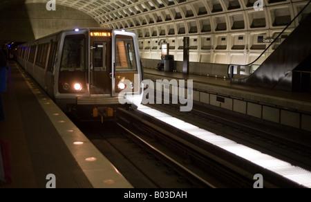 U-Bahnstation in Washington Metrorail Zug Ankunft eines Zuges zieht sich die Station das gedämpfte Licht der Washingtons - Stockfoto