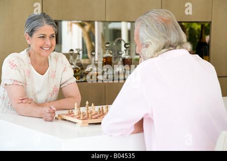 Ein älteres Paar beim Schachspiel - Stockfoto