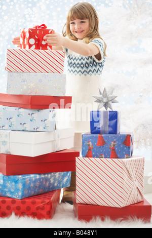 Mädchen, umgeben von Weihnachtsgeschenke - Stockfoto