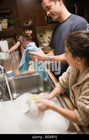 Ein Vater und seine Töchter Abwasch - Stockfoto