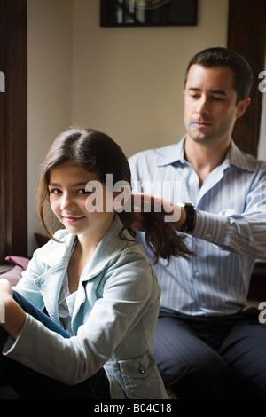 Ein Vater seine Töchter Haar-styling - Stockfoto