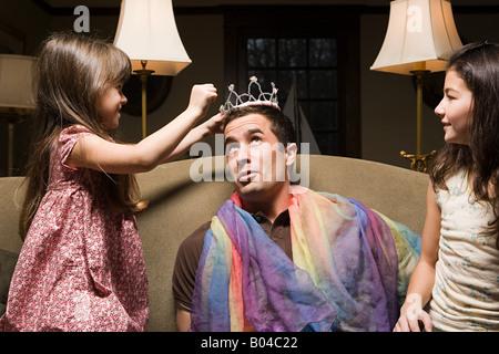 Ein Vater und seine Töchter spielen Lust auf Kleid - Stockfoto