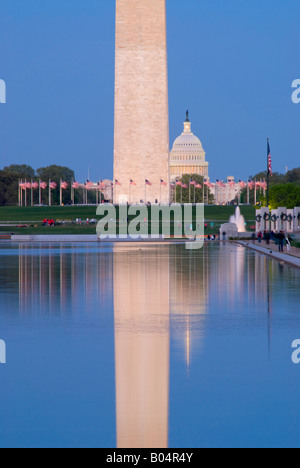 WASHINGTON DC, USA - Washington Monument in der Nacht mit Reflexion über die reflektierenden Pool und dem US Capitol - Stockfoto