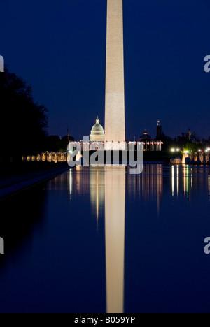 WASHINGTON DC, USA - Washington Monument in der Nacht mit Reflexion über die reflektierenden Pool mit dem US Capitol - Stockfoto
