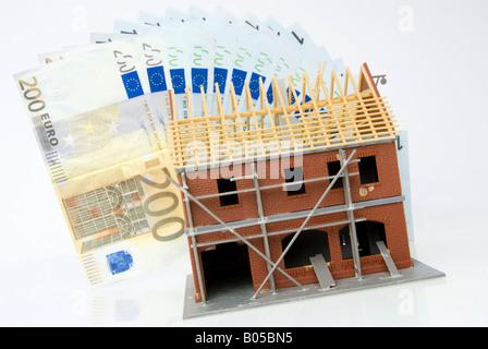 Modell des Hauses mit Banknoten, teure Rohbau - Stockfoto