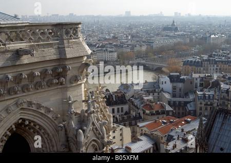 Eine Luftaufnahme von Paris am Morgen von der Spitze der Notre dame - Stockfoto