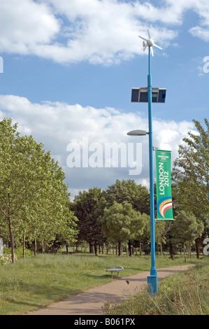 Wind trieb und solarbetriebene Straßenleuchte Mile End Park London England UK - Stockfoto
