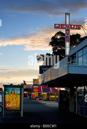 Neuseeland, Nordinsel, Bay of Plenty, Te Puke Hauptstraße. Jesus rettet Werbung Zeichen auf den Straßen im Abendlicht - Stockfoto