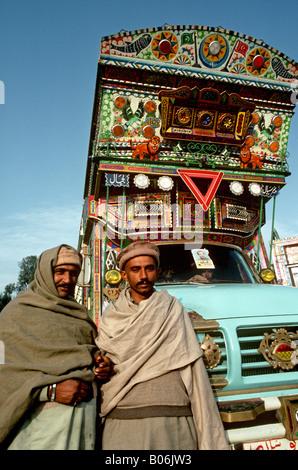 Pakistan Punjab Grand Trunk Road Transport zwei Männer mit geschmückten LKW Fahrerhaus - Stockfoto