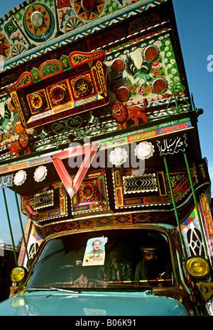 Pakistan Punjab Grand Trunk Road Transport Männer im Fahrerhaus geschmückten LKW - Stockfoto