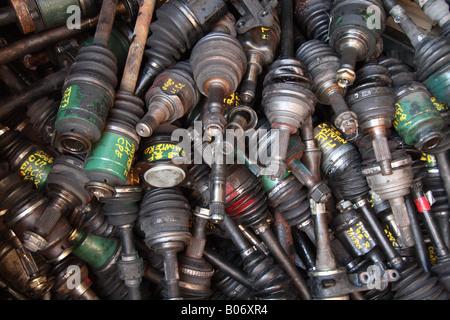 horizontale Farbfoto des Haufens von ausrangierten Autoteilen - Stockfoto