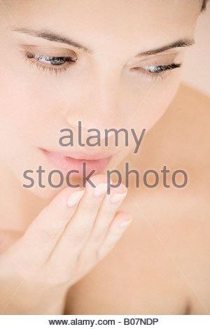 Junge Frau weht ein Kuss - Stockfoto