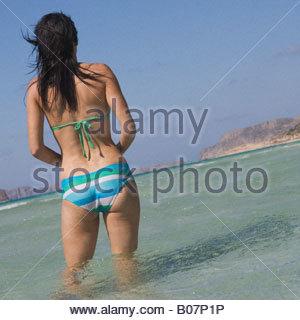 Eine Frau im Meer waten - Stockfoto