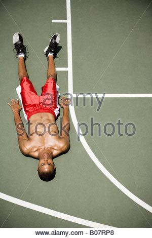 Mann, die Festlegung auf ein Basketballfeld im freien - Stockfoto