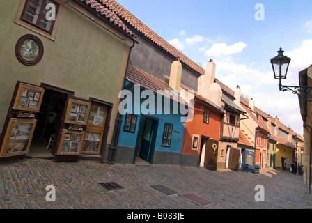 """Horizontalen Weitwinkel von der malerischen mittelalterlichen Häuser unten Zlata ulička """"Golden Lane"""" in der Prager - Stockfoto"""