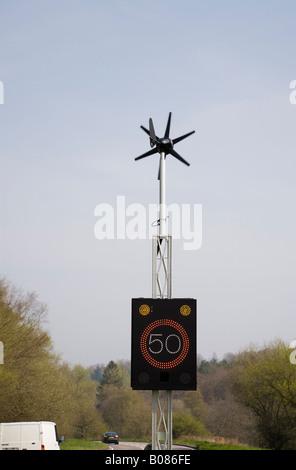 England UK Wind angetrieben 50 km/h Geschwindigkeit Zeichen von Fahrzeug an Land Hauptstraße beleuchtet - Stockfoto