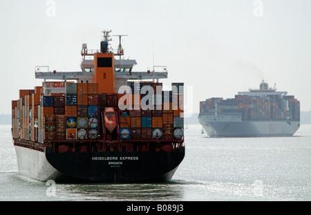 Die OOCL Europe und Hapag Lloyd Unternehmen Container Carrier Schiff Heidelberg Express im Gange auf dem Solent - Stockfoto