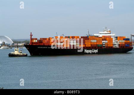 Hapag Lloyd Unternehmen Container Carrier Schiff Heidelberg Express im Gange am Southampton Water Südengland - Stockfoto