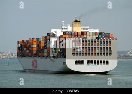 Die OOCL Europe Containerschiff Träger auf Southampton Wasser England UK - Stockfoto