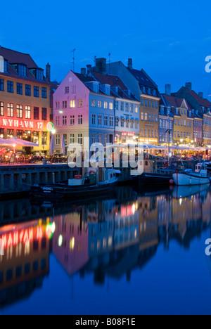 Historische alte Boote neben Nyhavn Kai in der Nacht, Nyhavn, Kopenhagen, Dänemark, Europa - Stockfoto