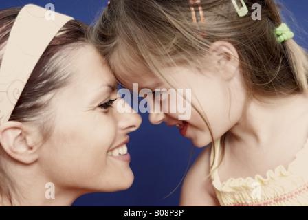 Mutter und Tochter, Kopf an Kopf - Stockfoto
