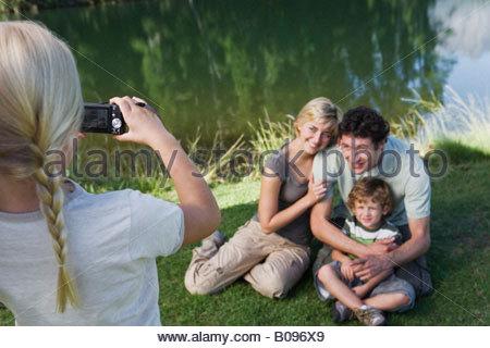 Mädchen fotografieren im Freien, Familie Familie posieren für Bild - Stockfoto