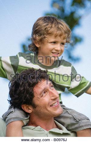 Vater mit Sohn (4-7) auf seinen Schultern, im freien - Stockfoto