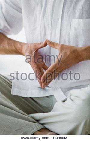 Senior woman sitzen, machen Yoga ausüben, Detail der Hände im Innenbereich - Stockfoto