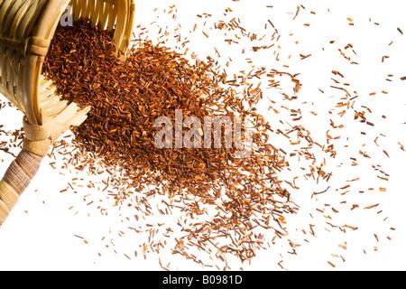 Ein überlaufenden Heap Roh Tee aus einem gewebten Scooper. - Stockfoto