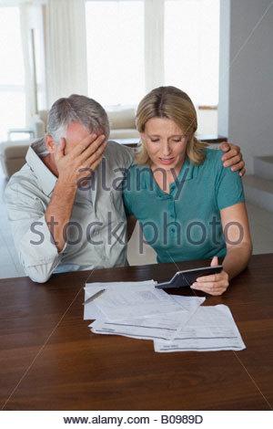 Älteres paar betonte, Blick auf Finanzen-Anweisung - Stockfoto