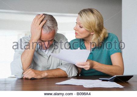 Älteres Paar streiten über Finanzlage - Stockfoto