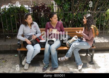 Junge Studentinnen reden in einem Park, Bogota, Kolumbien - Stockfoto
